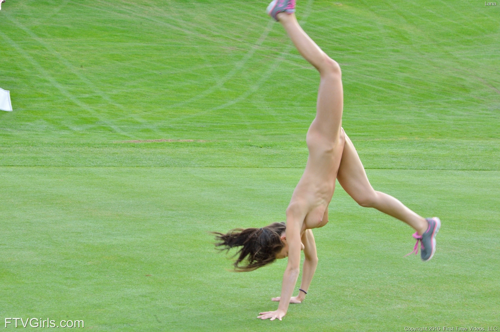 georgous jogging beauty undressing at hole 16 #12
