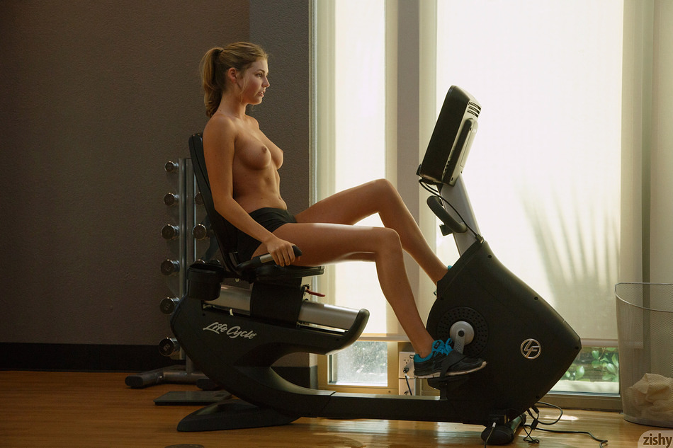 Sbusty portive sweetheart teasing a bit her slender slit and tits at the gym #3