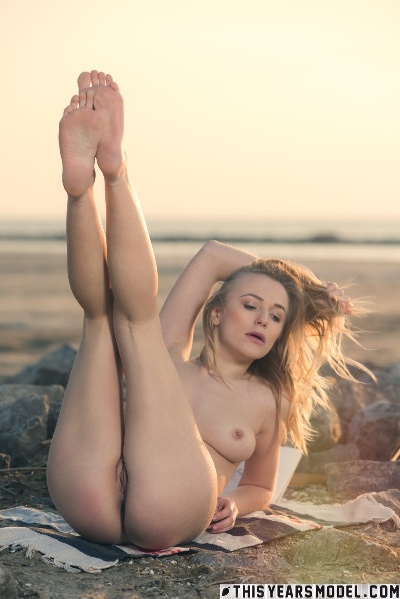 tasty art student needs some inspiration and goes pantyless to the beach #1