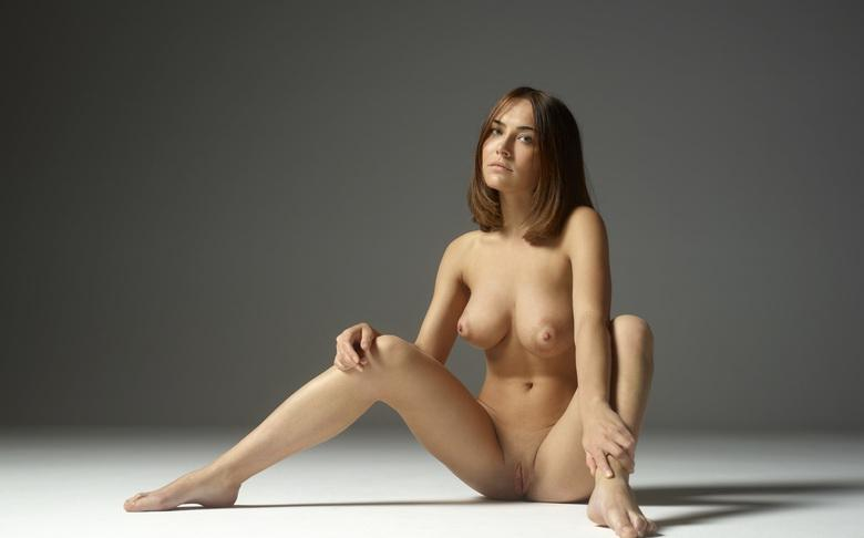 a 19years old brunette with a sportive body doing first time nude modelling picture