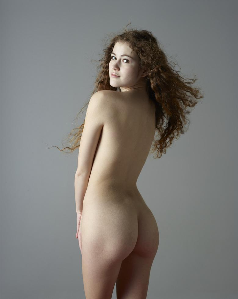 tall athletic french girl with pale skin doing a great nude shooting picture
