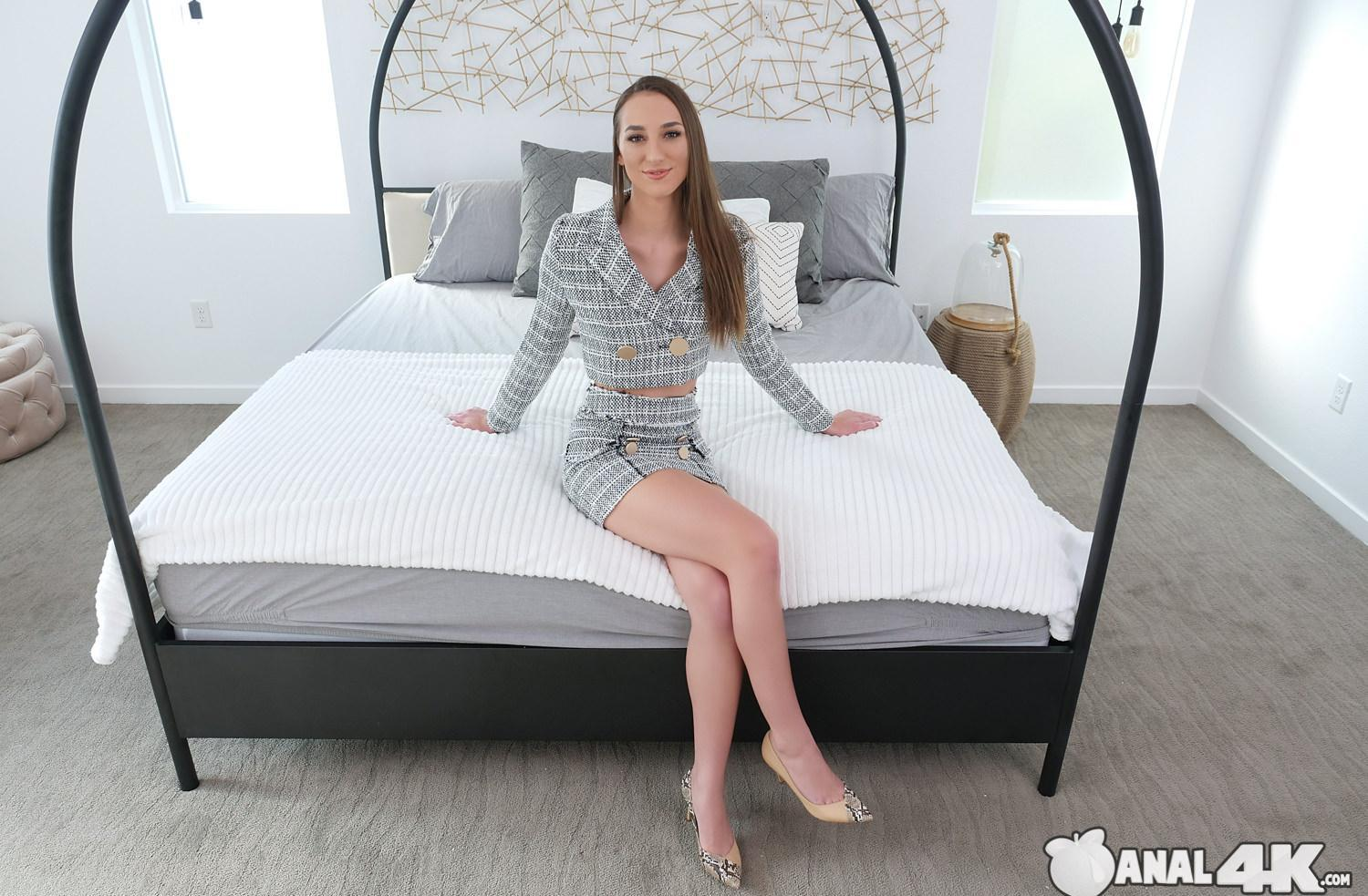 Real Estate Agent Andi Rose is closing the deal picture 2